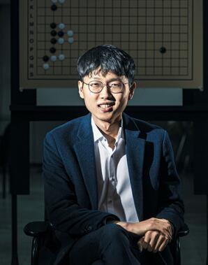 申真谞把自己的長期目標定為,10個以上國際大賽冠軍和成為1995年-2005年出生的棋手中最突出的棋手。此前,由80-90年代棋手主導的世界圍棋巔峰之戰,可能以申真谞的本次LG杯冠軍為信號彈,快速過渡到2000年出生棋手手中。
