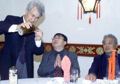 """2001年10月22日晚,在北京一家烤鸭店里,聂卫平把这瓶""""中国孤酒""""--茅台酒端上了餐桌,向被他邀请来的年维泗、王俊生、高丰文、徐根宝、戚务生及贵州茅台酒厂集团董事长季克良娓娓道出这瓶酒的来历。"""