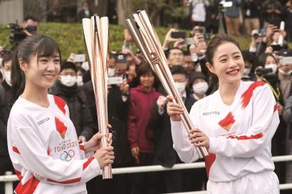 尽管疫情面临着在日本国内进一步发展的态势,著名演员石原里美(右)参与奥运圣火传递彩排时仍吸引大批民众围观。 视觉中国