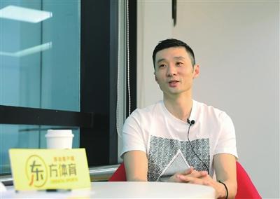刘炜接受采访时侃侃而谈
