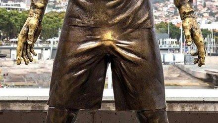 C罗的雕像被摸的闪闪发光