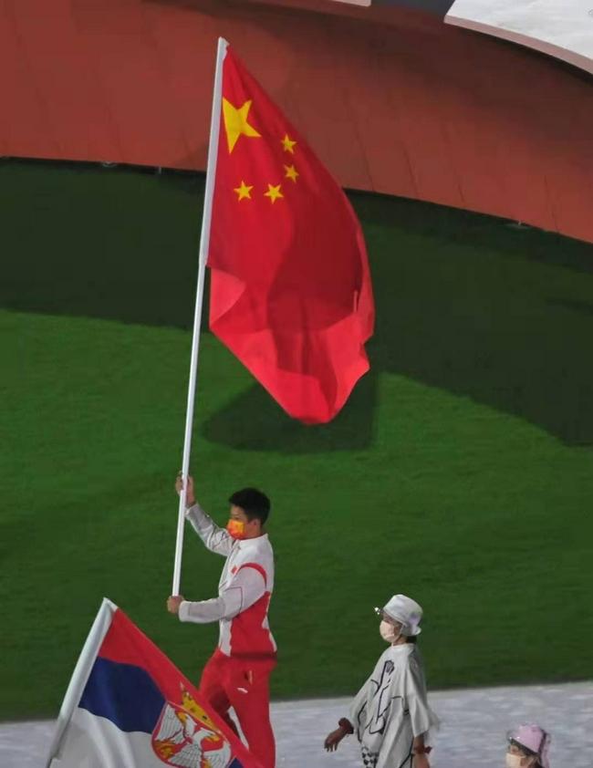 蘇炳添高舉五星紅旗入場