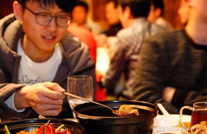 ▲这个菜,有点像韩国的泡菜汤。申真谞,吾可是大赛的MVP,怎能像宋彗领那样出洋相