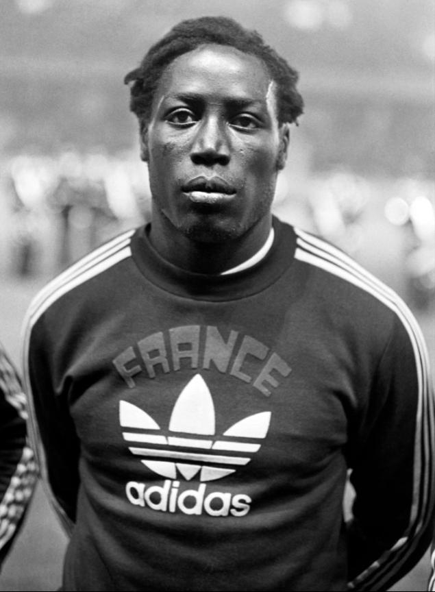 亞當斯19歲開啟足球生涯