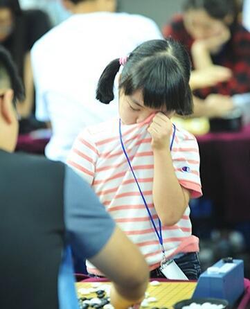刚来到韩国时,只要局面不利,仲邑菫就会哭鼻子。