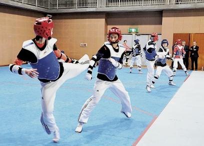 在当地体育馆里进行训练的中国跆拳道队