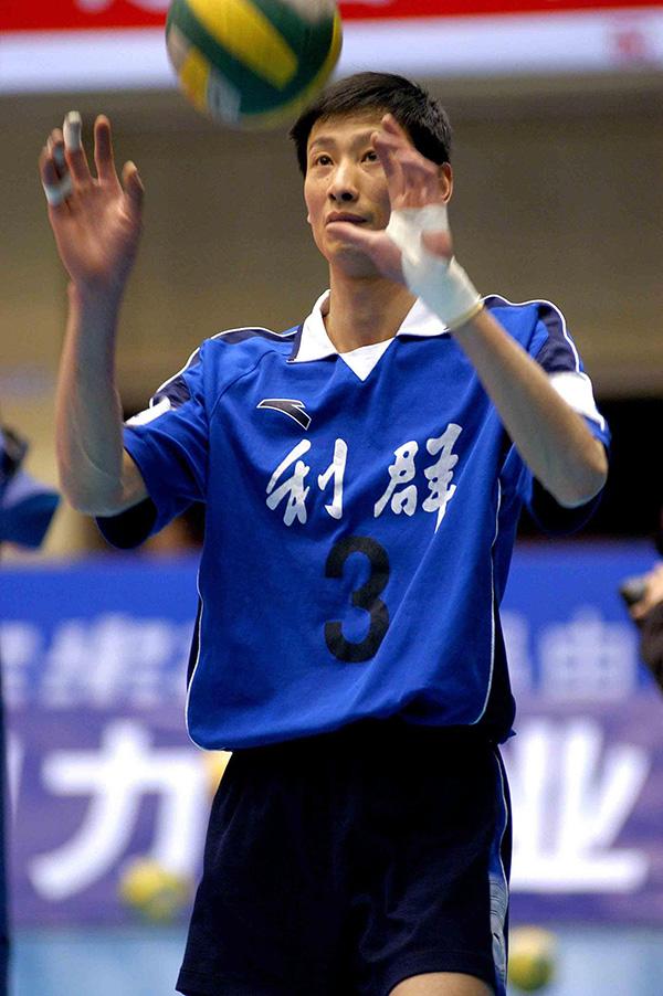 前男排国手郑亮瘫痪陷困境 曾是亚洲跳得最高的人