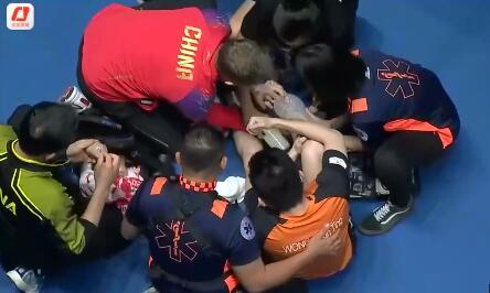 暖心之举!国乒队医主动为香港球员黄镇廷治疗