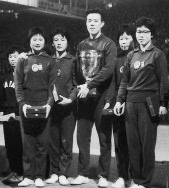 容国团带领女队夺冠