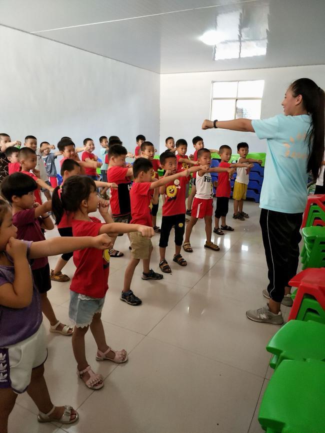 志愿者教孩子们学习散打拳法