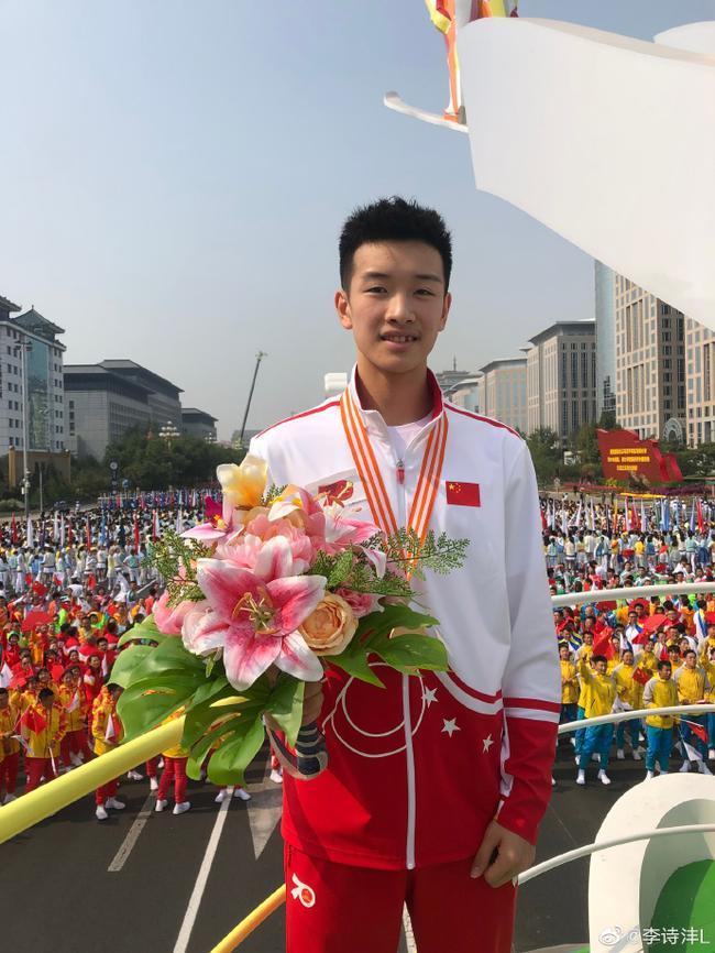 青奥会冠军李诗沣登上庆祝大会彩车 成国羽代表