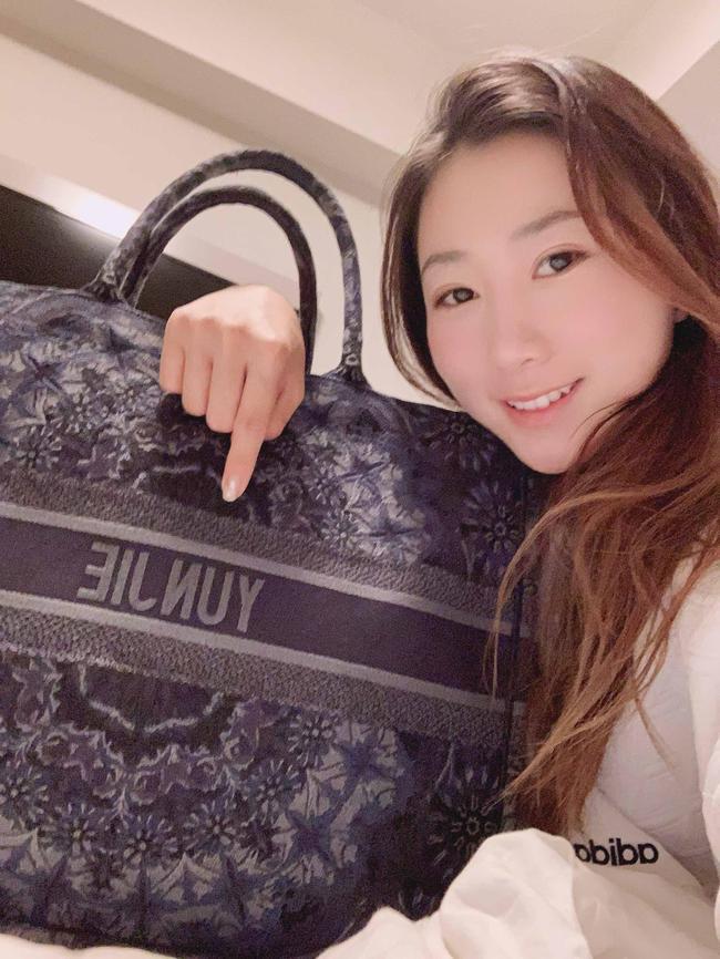 张芸杰和她的手提包