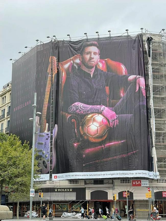 梅西重现巴塞罗那街头巨幅海报 霸气坐姿掌控金球