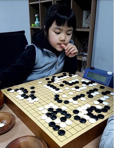 仲邑菫下棋时喜欢咬手指甲。