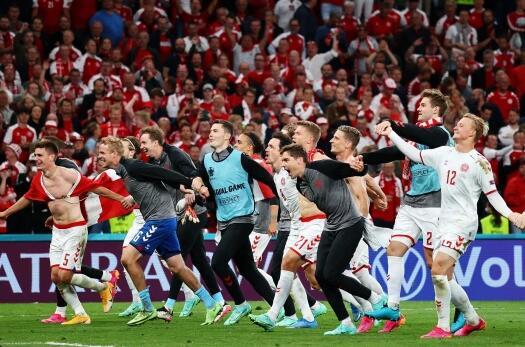 这一幕有趣又暖心!丹麦队看手机直播确定自己出线