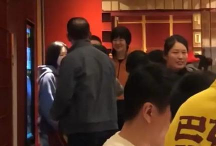 郎平和老公女儿姐姐吃火锅 与球迷合影场面温馨