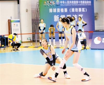 图为杨艺(左)保障一传。