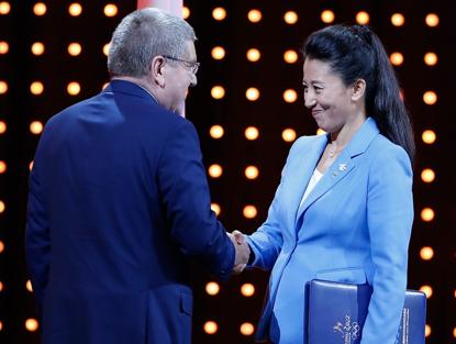 2015年7月,IOC第128次全会上,北京申冬奥代表团进行陈述。杨扬与巴赫握手