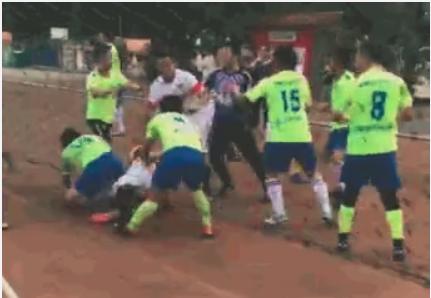 慎入!南宁一足球比赛引发斗殴 球员耳朵被咬烂