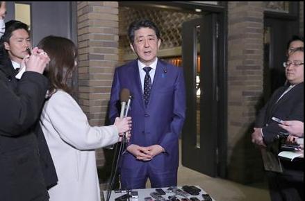 电话后在首相官邸接受采访的安倍晋三首相