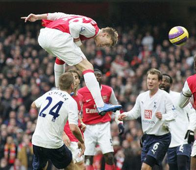本特纳跳起来,膝盖都到别人脑袋了