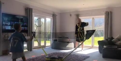 马叔跟儿子打羽毛球的视频火了