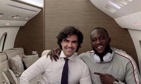 卢卡库和经纪人一同乘机前往米兰