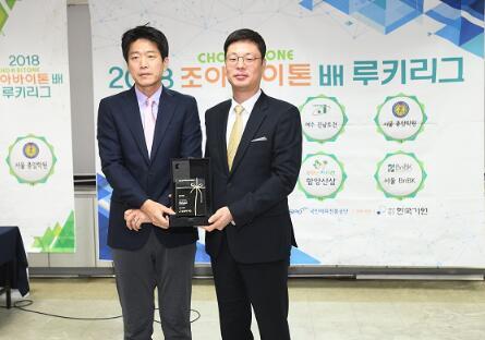 韩国棋院总裁金荣三向choa制药有限公司送出了感谢牌。