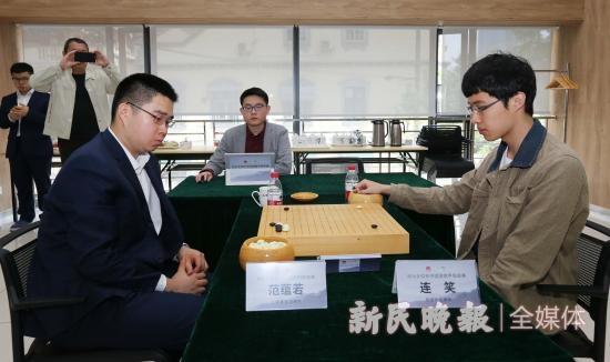图说:范蕴若(左)三番棋挑战连笑 资料图 周国强 摄