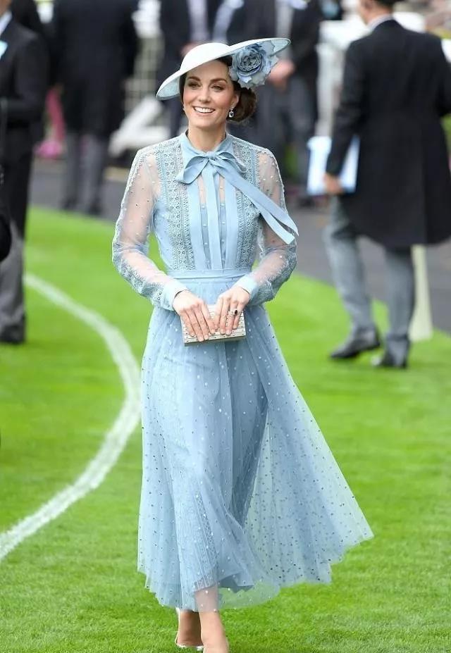 英国皇家赛马会举走,女王伊丽莎白二世偕王室成员。出席不雅旁观。