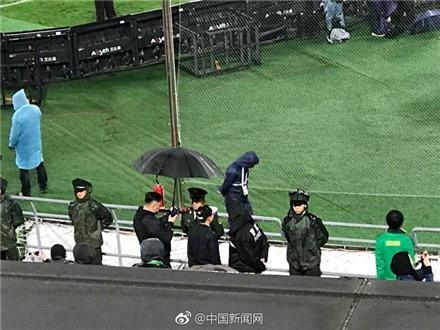 京粤雨战最暖心一幕:球迷全场为武警撑伞挡雨