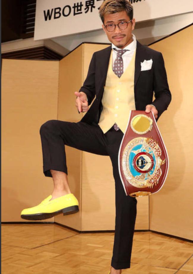木村翔向媒体炫耀自己的新鞋