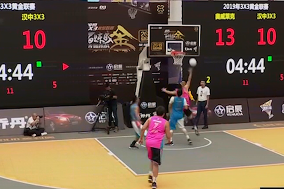 视频-科比风采!新疆队篮下优雅拉杆得分太写意