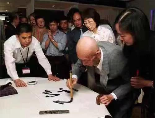 图:2009年应氏杯决赛吴清源大师亲临,并在长女及助手陪同下为大赛题字