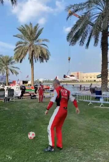 排位赛开始前,菲利普•洽培与彼特•莫林在旁边的草坪踢球减压