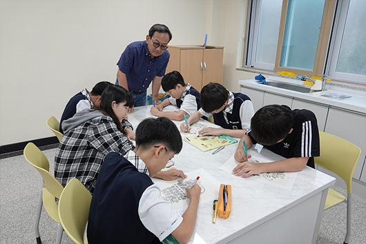 初中部,有学生在学习美术