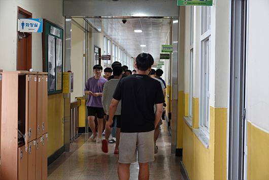 下课后,学生必须自行寻找自己的下一间教室