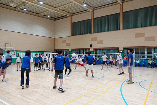 体育联赛中选择有趣的项目,在校外前来参观时进行表演。