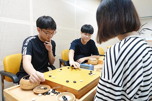 早上上课时间,也有学生在名人馆一楼的研究室学习围棋