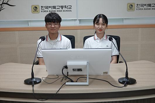 负责解说和主持的韩国围棋学校广播部(KBHB)学生