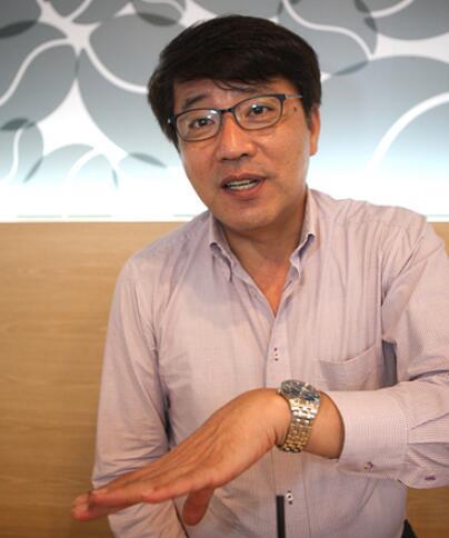▲ 金柱成,出生于日本东京,在大阪长大。1979年,朝鲜进行在日侨胞归国活动时,与祖父母一起回到朝鲜。其间,他在师范大学专攻排球,并成为一名教授。后来,发表多篇短篇小说,还曾在在朝鲜国家科学院工作。2008年,他到韩国定居。