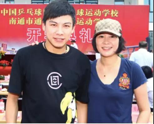2010年,回到南通的李菊,和師弟陳玘一同出席南通乒乓球基地開學典禮