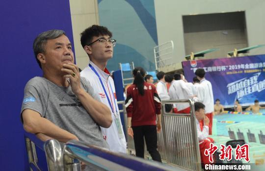 2019全国游泳冠军赛角逐中,朱志根在场边督战 马元豪 摄