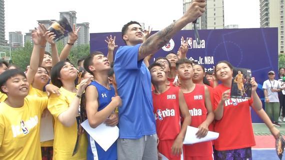 视频-库兹马空降陕西渭南 六一儿童节送大帽做礼物