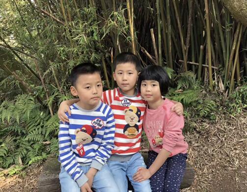 生活中的许家三胞胎。学棋要从娃娃抓起。