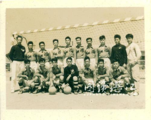 1958年湛江足球队破格跻身全国乙级足球联赛,后排右一为教练王经国