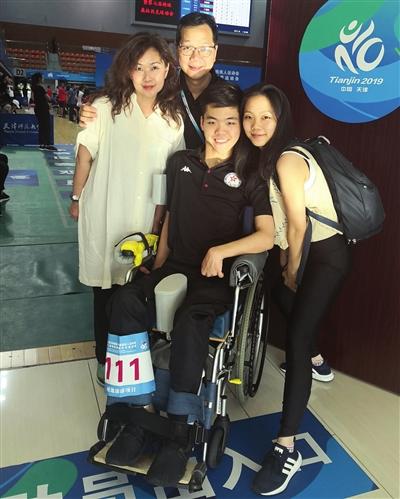 """正在天津残运会的赛场上,中国喷鼻港男孩携百口一同参赛,演出了""""百口总发动""""的温馨一幕。"""