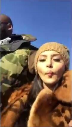 视频-瓦妮莎秀恩爱!科大爷穿着一身军绿色大衣好帅
