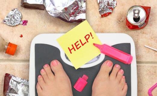 每天半夜胡吃海喝,不胖,让人恨不得把他送去检查一下身体,看看他吃下去的东西都去哪儿了。   其实在卡路里过量摄入,又缺乏运动的情况下,是个人都会长胖。   怎么吃都不胖这件事,根本不存在!   为什么有人怎么吃都不胖?而有的人喝凉水都会长肉?   不论减肥还是增肥,都面临着肥这个字,我们都知道它指的是脂肪。被肥胖问题困扰的人,对脂肪恨之入骨,相反需要长肉的人,则对脂肪视作珍宝。   脂肪是我们宝贵的资源,为了生存下去,我们会囤积脂肪以备不时之需,所以人类要不停的摄入食物,从中获得热量和其他营