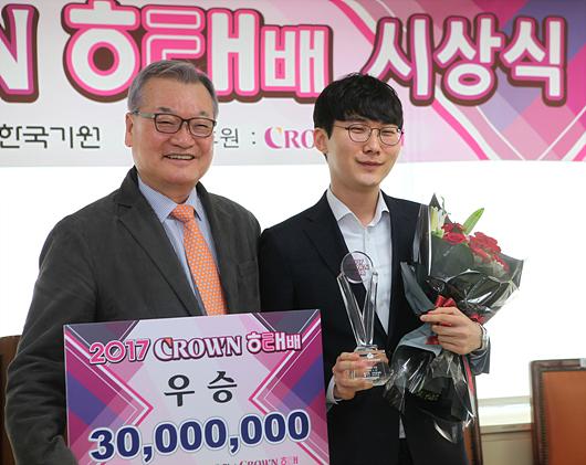 冠军获奖者朴廷桓获得3000万韩元奖金